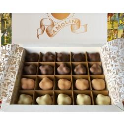 Boîte de chocolats avec 20 pralines mixtes aux noisettes entières
